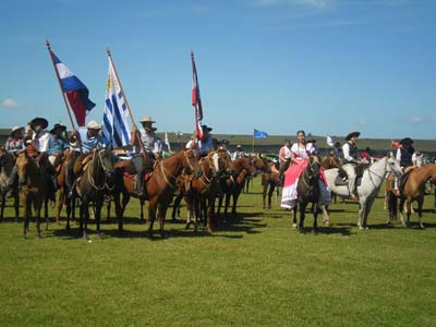 El intendente Lima encabezó el desfile a caballo