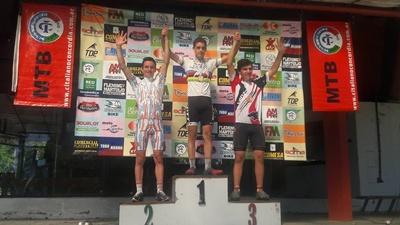 El podio en Juveniles en la Copa Entrerriana de MTB, el uno - dos salteño, Rubil y Chollet a todo podio