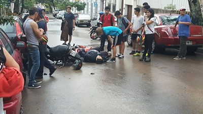 Una persona resultó con diversas lesiones aunque no fueron de entidad, luego de chocar en el birrodado en el que se desplazaba contra otra moto. El hecho ocurrió ayer por la tarde en la calle Zorrilla de San  Martín, entre Uruguay y Brasil