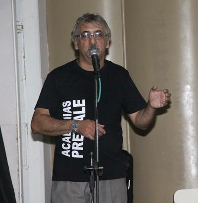 Silvio Previale dando detalles de la temática que los convocó