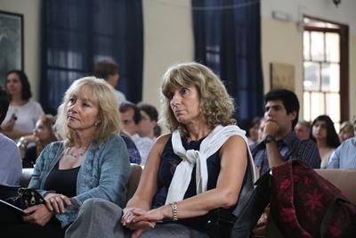 La ministra Carolina Cosse (a la izquierda del lector) junto a la directora nacional  de Energía Carolina Mena en la UTU de Salto