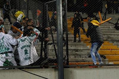 Seguidores de Palmeiras se enfrentan con los de Peñarol ayer miércoles 26 de abril de 2017, en un partido de la Copa Libertadores entre Peñarol de Uruguay y Palmeiras de Brasil en Montevideo (Uruguay). EFE/Raúl Martínez