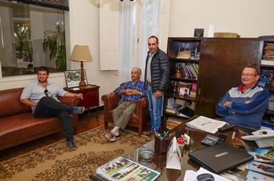 Rodrigo de León y Walter Olhausen, colaboradores de Gaudín Hnos. junto a clientes de la firma, siguiendo el remate de Lote 21