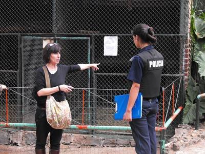 La activista María Carvalho habla con la Policía