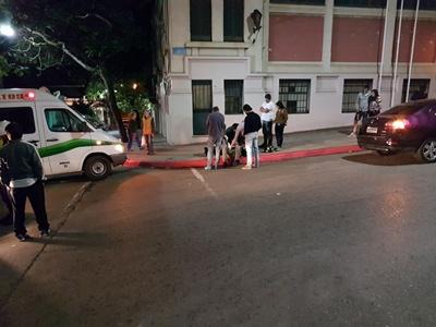 SIGUE LA RACHA Una persona con diversas lesiones fue la que resultó del accidente ocurrido en el cruce de las calles Brasil y Zorrilla. Ocurrió el jueves por la noche entre una moto y un automóvil a raíz del episodio, la Policía debió acordonar la zona hasta que se cumpliera la atención de los lesionados.