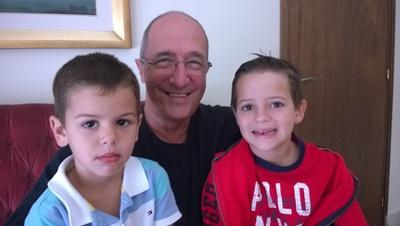 Dr. Ricardo Scaparoni y sus nietos Lautaro y Felipe