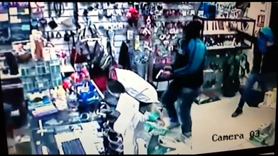 MUCHA VIOLENCIA Momento en que ingresan los rapiñeros a la  Farmacia Dos Naciones, la cual ya había sufrido robos meses atrás, apuntando con sus armas a las personas que atendían el lugar y efectuando dos disparos en el interior del comercio. Los casos de inusitada violencia generaron la alerta
