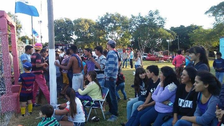 Parte del público que disfrutó de la  fiesta en Villa Constitución, diversión  de chicos y grandes en el estadio Obdulio Jacinto Varela.