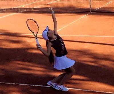 María del Carmen Campos una de las tenistas salteñas que disputa la  segunda etapa del Circuito Nacional Juvenil