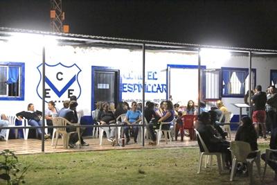 Mucha gente se acercó hasta el Club El Espinillar para acompañar a la familia en tan doloroso momento