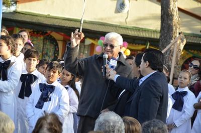"""El maestro Wilson """"Quito"""" Cardozo exhibiendo el trompo  motivo de su primer poema"""