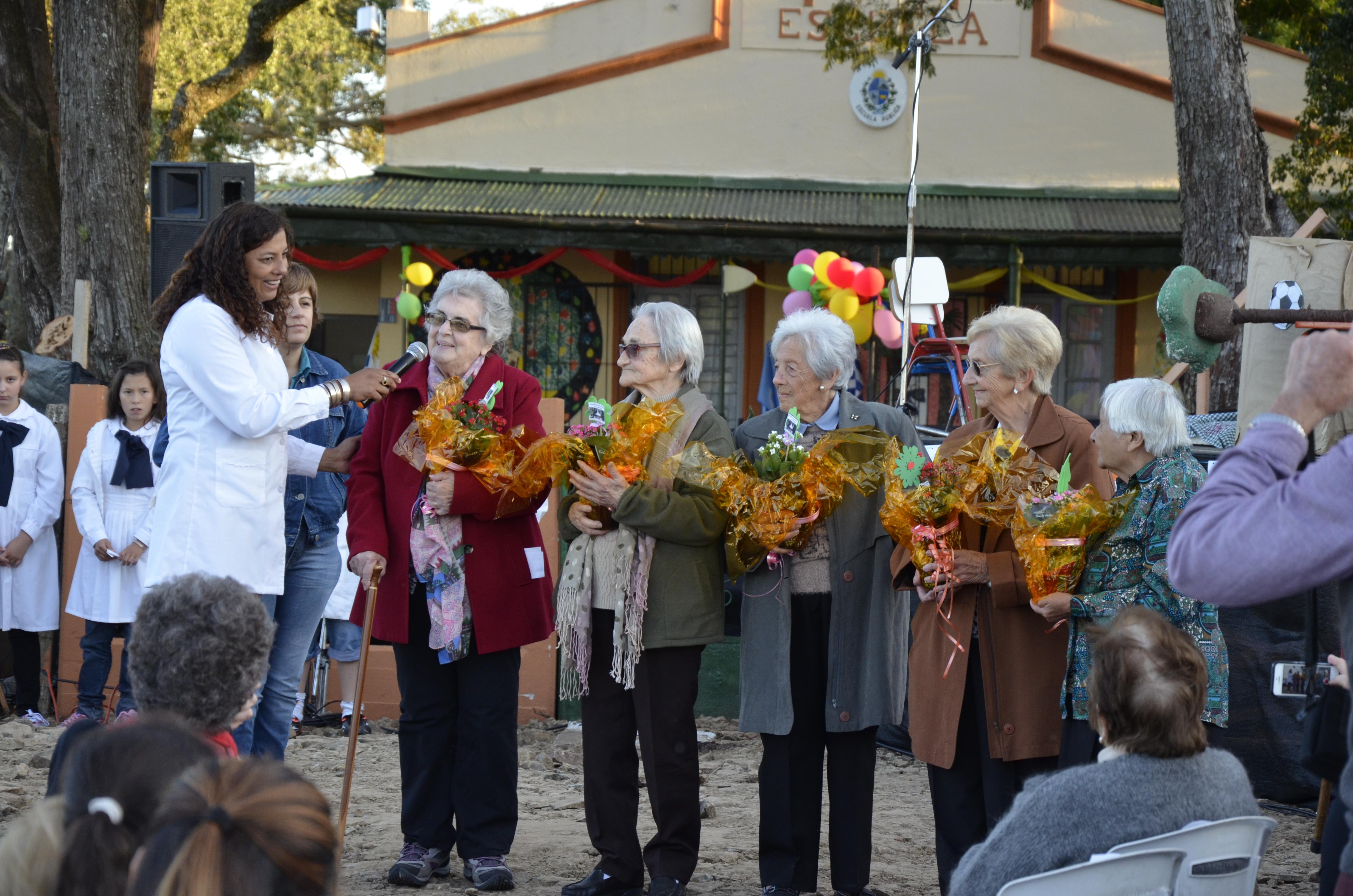 Uno de los momentos más emotivos, los más pequeños  les obsequiaron flores a las exalumnas más veteranas