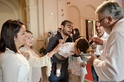 Francesco al momento de ser bautizado, junto a sus padres y padrinos