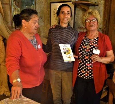 Nelia Farías junto a Tereza Prinzo hacen entrega de un libro al Hotel Concordia por la gentileza de permitir presentar  Ensueños y realidades en su sala mayor