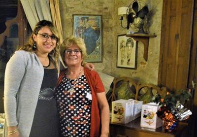 Elizabeth Pawelesky con Nelia Farias autora del libro