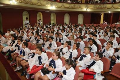 El público escolar siguió con mucho interés la exposición de la escritora