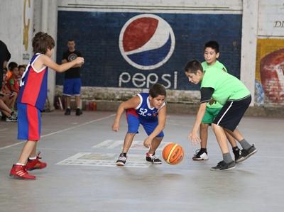 Con la disputa de uno de los partidos atrasados y pendientes de disputa en categoría Sub 18 (Cadetes), prosigue esta noche la actividad el básquetbol en divisiones Formativas