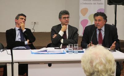 Los abogados italianos Arturno Salerni (i) y Mario Angelelli (c), y el abogado argentino Jorge Iturburu (d) participaron en Montevideo (Uruguay). Los abogados defensores de las causas uruguayas involucradas en el Plan Cóndor mostraron su deseo de revertir la sentencia adversa del Tribunal de Roma, que el pasado 17 de enero absolvió a 19 de los 27 militares suramericanos implicados. Salerni, Angelelli y Iturburu expusieron una actualización y estado de situación de la causa por el Plan Cóndor en el Instituto Nacional de Derechos Humanos (INDDHH) de Uruguay, ante un auditorio repleto de familiares de desaparecidos durante la dictadura cívico-militar (1973-1985). EFE/María Eugenia Fernández