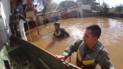 En algunos casos  las brigadas del CECOED  debieron trabajar dentro del agua para sacar muebles y enceres
