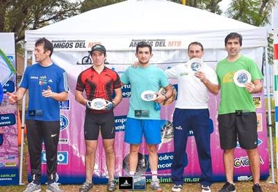 """El podio en categoría Máster """"A"""" en la segunda fecha del MTB Concordiense, con el salteño Ricardo Ferreira (centro) como ganador y otro salteño Javier Llovet (segundo de la derecha) en la segunda plaza"""