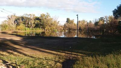 La cancha de fútbol  del Club Almagro ayer.  Las aguas del arroyo Ceibal llegaron hasta mitad del  terreno de juego.