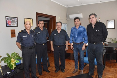 El actual jefe de policía de Salto, Oldemar Avero, junto a su comando  y a las autoridades de la Intendecia