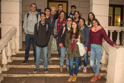 La profesora Soraya Machado, Myriam Gómez, maestra y guía de Casa Quiroga  junto a los alumnos