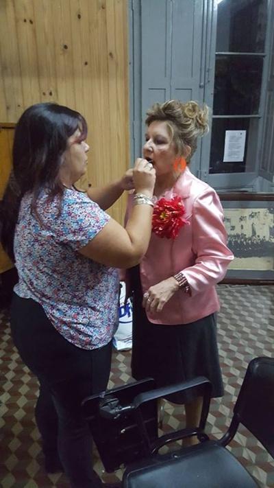 Laura Lucas terminando de convertir a  María Cristina Testa en...¡Trinidad!