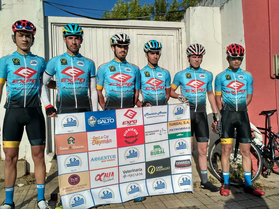 El equipo más reciente del Club Ciclista Con Los Mismos Colores de Salto que participó de la edición 2017 de las 500 Millas del Norte