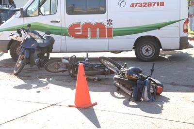 Dos motonestistas resultaron lesionados tras participar en un accidente  ocurrido en el cruce de Avda. Barbieri y Juncal