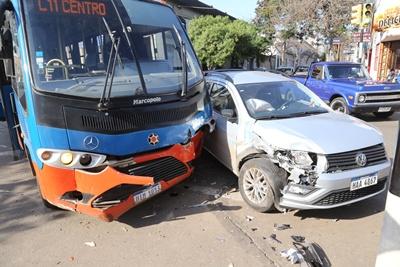 Un ómnibus municipal chocó ayer por la mañana contra una camioneta en el cruce de Uruguay y Juncal, una mujer resultó lesionada