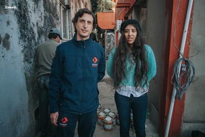 Matías Cujó, de Barraca Daymán junto a la Lic. María Yolanda Soria, Directora de Desarrollo de la Intendencia de Salto, en el CECOED cuando se realizaba la donación.