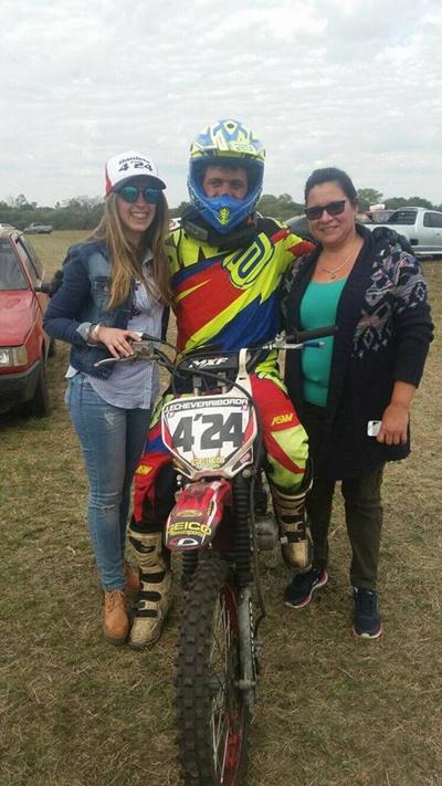 Juanchi posando junto a sus sponsor Daniela y Veronica