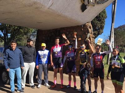 Los ganadores del entrenamiento controlado celebrado el pasado domingo en la Avenida Harriague junto al intendente de Salto, Andrés Lima y los organizadores de la prueba