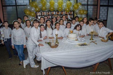 Grupo de niños que recibió el Sacramento de la Comunión