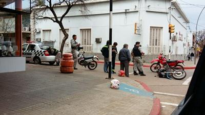 Dos motos entraron en colisión en la intersección de las calles Rivera y 18 de Julio, esquina  donde hay semáforos y funcionan correctamente. Uno de los motonetistas debió ser trasladado  al Sanatorio Panamericano  ya que resultó politraumatizado
