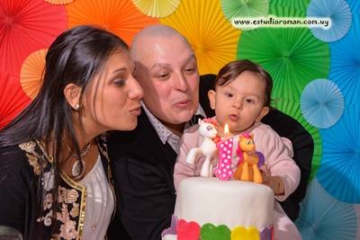 Zoe y sus padres Cristhian y Andreina