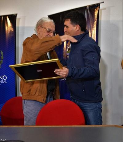 El ex intendente Eduardo Malaquina recibe el reconocimiento de manos del actual intendente Andrés Lima