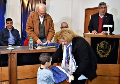 Niños y maestros reciben la Bandera de Salto , en la nota gráfica , Eduardo Malaquina haciendo entrega de la misma