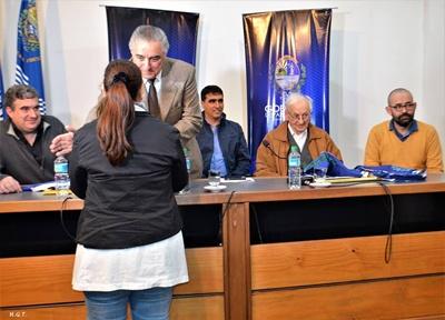 Carlos Etchevers hace entrega de la Bandera de Salto