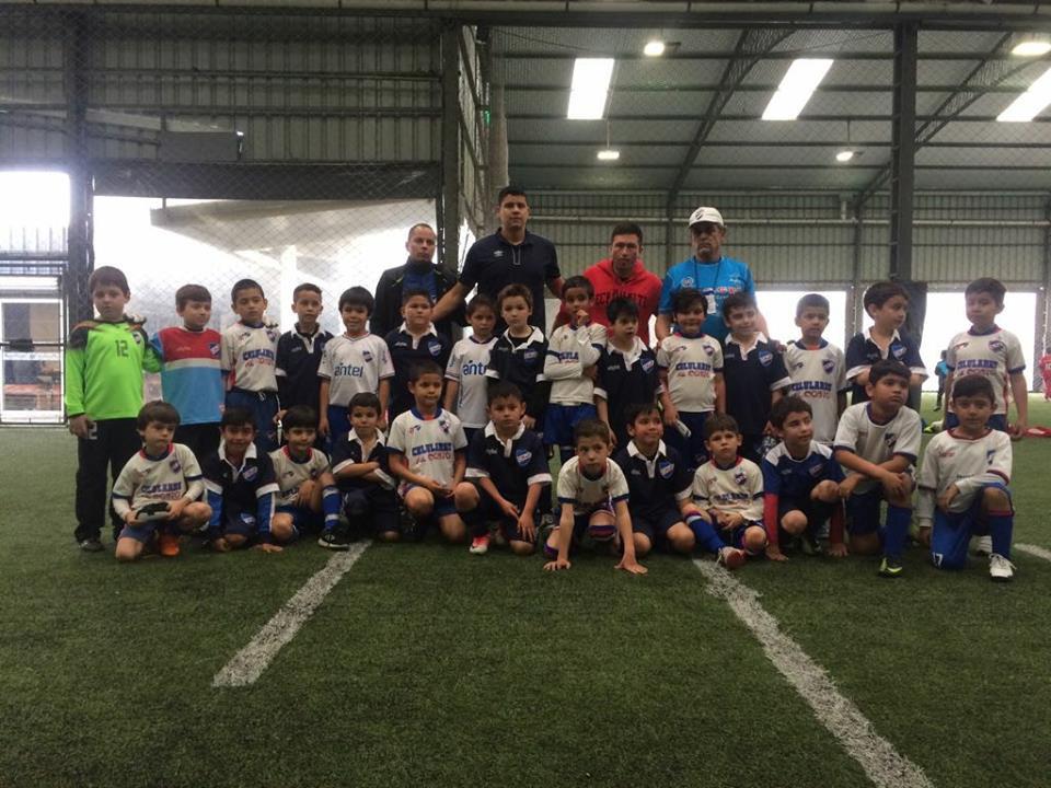 Los niños de Nacional de Salto junto a los de Nacional de Montevideo en 7 años