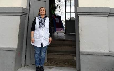Maestra Ilce frente a la Escuela