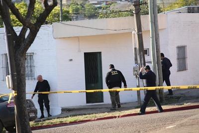 Los policías logran ingresar al domicilio y conversar con el individuo