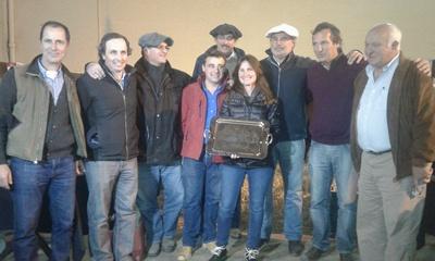 Directivos de la Sociedad de Criadores de Aberdeen Angus del Uruguay  hicieron entrega de un reconocimiento a los integrantes de Bayucuá