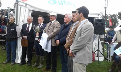Jurados y autoridades al momento de entregar el premio a la Gran Campeona Aberdeen Angus