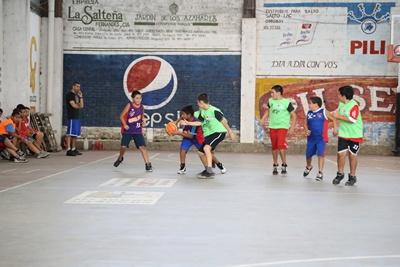 """Hoy jueves, en tres escenarios diferentes, se completa  la disputa de la cuarta fecha  (1ª rueda) del torneo Clausura a nivel de las categorías formativas del  campeonato  """"Salteño"""" de básquetbol temporada 2017"""