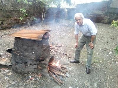 El docente junto al horno