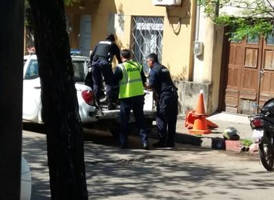 Agentes policiales proceden a levantar la moto y trasladarla, luego que la conductora fuera derivada a un centro asistencial.