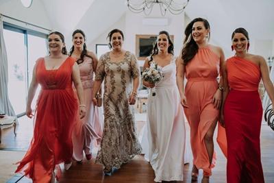 Alejandra, junto a su mamá Mónica, sus hermanas Mariana y Leticia   y las primas Natalia y Samara Sambucetti Salman