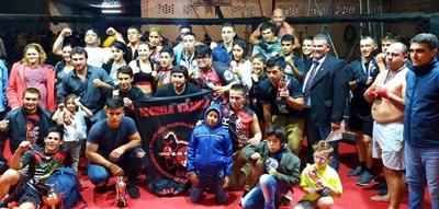 Luchadores y organizadores junto al intendente de Salto Andrés Lima en el cierre del espectáculo de MMA el pasado fin de semana